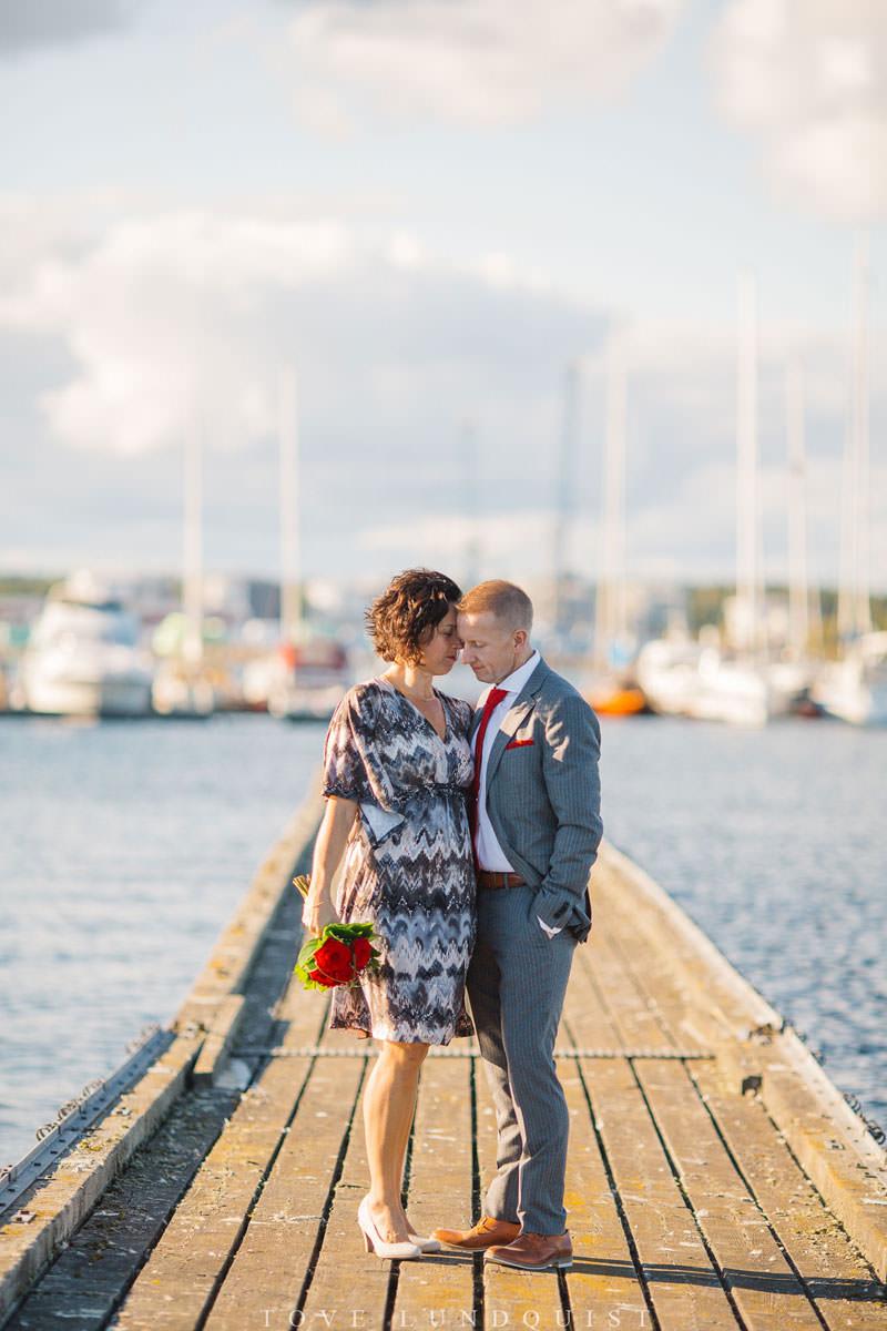 Bröllopsporträtt på brygga vid Ernemar Småbåtshamn, Oskarshamn.