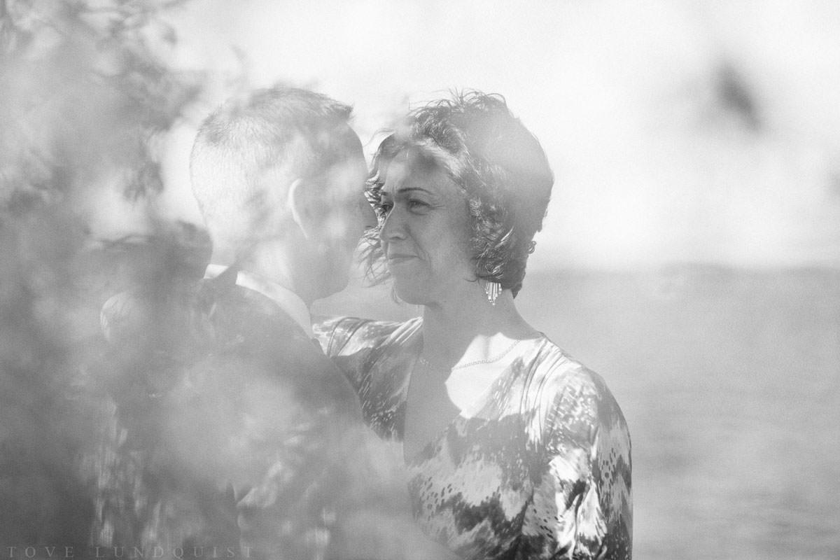 Svartvitt bröllopsporträtt vid piren på Ernemar Småbåtshamn.