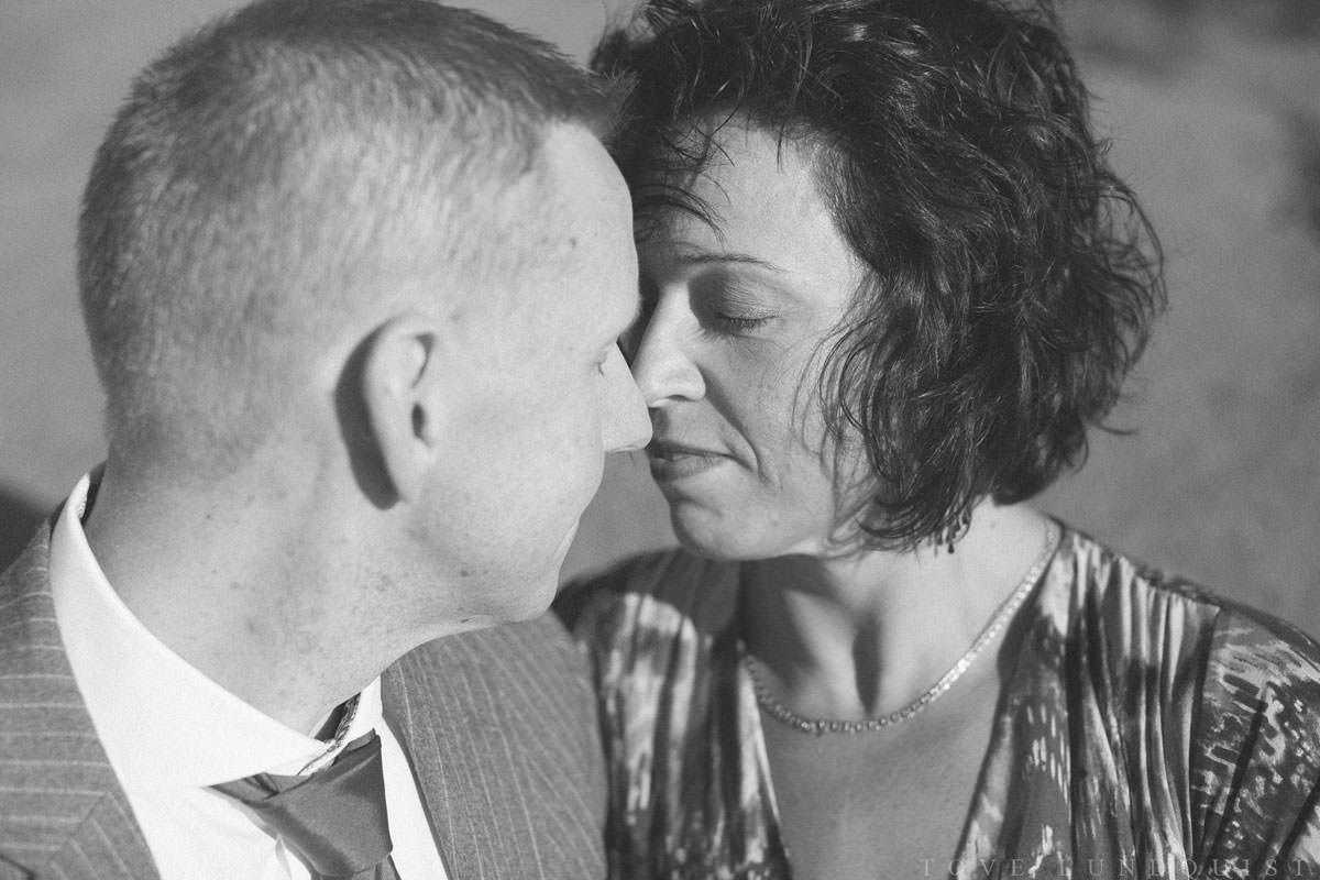 Svartvit kärleksporträtt på borgerligt brudpar.