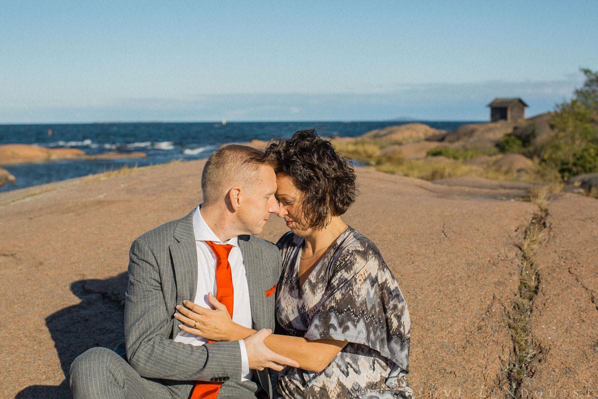 Bröllopsporträtt i färg på kärleksfullt par.