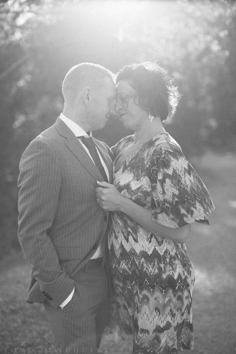 Svartvit bröllopsporträtt på kärleksfullt par.