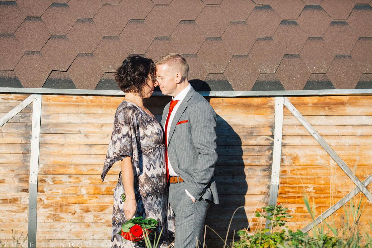 Bröllopsporträtt i färg, tagen vid bastu i trä, Ernemar Småbåtshamn i Oskarshamn.