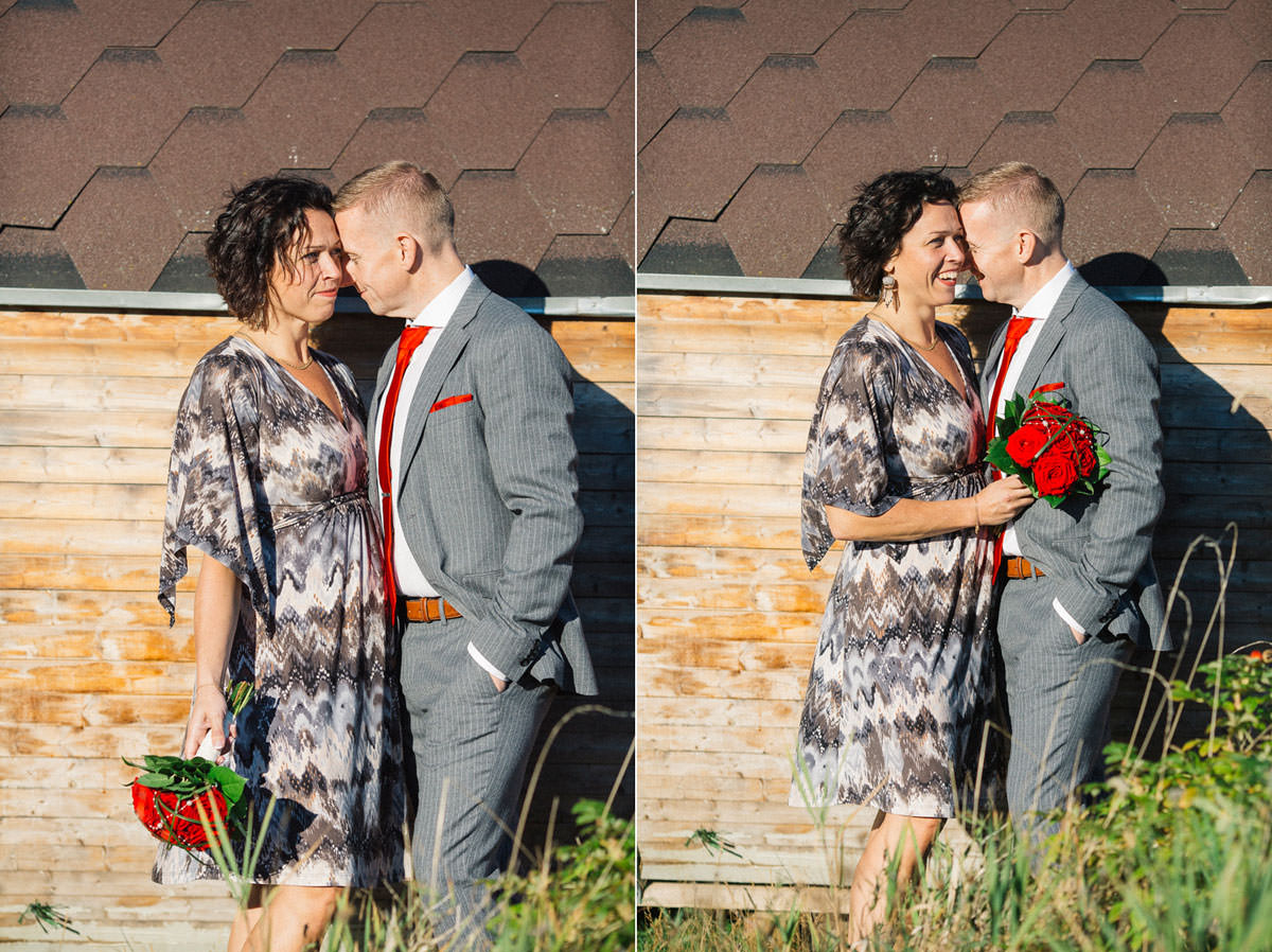 Diptyk i färg, tagen vid bastu i trä. Bröllopsporträtt vid Ernemar Småbåtshamn, Oskarshamn.