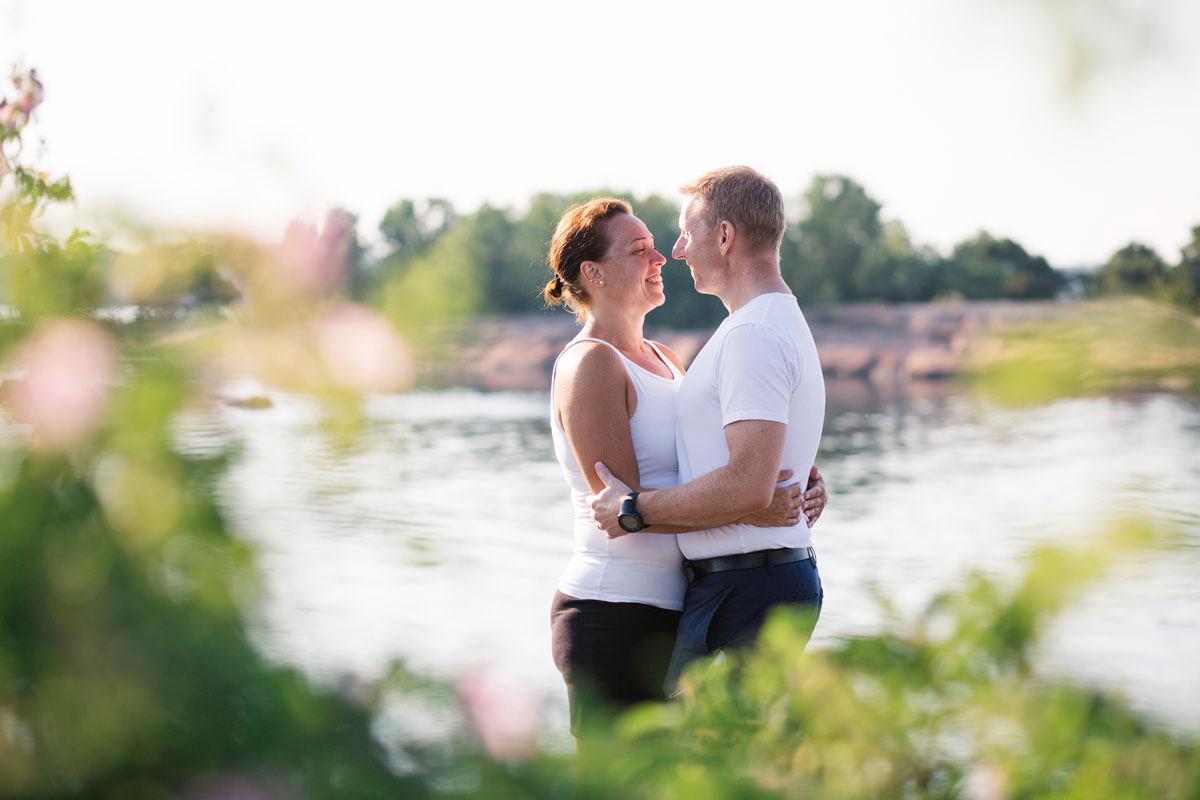 Engagement session, en så kallad e-session, tillsammans med ett brudpar i Ernemar småbåtshamn som ligger i Oskarshamn, Småland. Foto: Tove Lundquist, bröllopsfotograf Oskarshamn, i Småland, Skåne och Sverige.