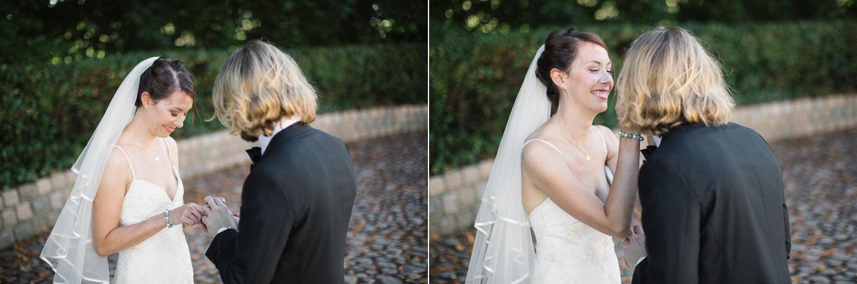 Diptyk i färg. Bröllopsfotograf Tove Lundquist i Malmö visar hur det kan gå till vid en First Look under ett bröllop.