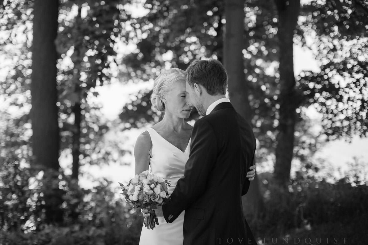Svartvitt bröllopsporträtt i Örenäs Slotts trädgård, bröllop i Landskrona. Foto: Tove Lundquist bröllopsfotograf i Landskrona.