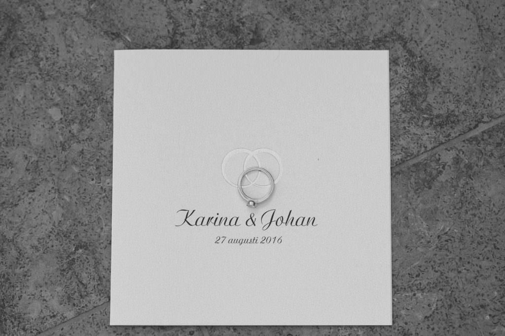 Bild på bröllopsinbjudan samt bröllopsring. Foto: Tove Lundquist, verksam bröllopsfotograf Malmö.
