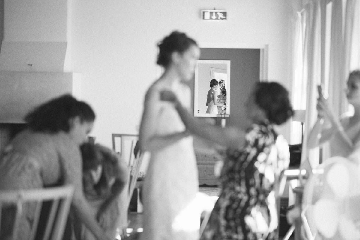 Svartvitt foto från brudens förberedelser i Norrgavelhuset. Foto: Tove Lundquist, verksam bröllopsfotograf Malmö.