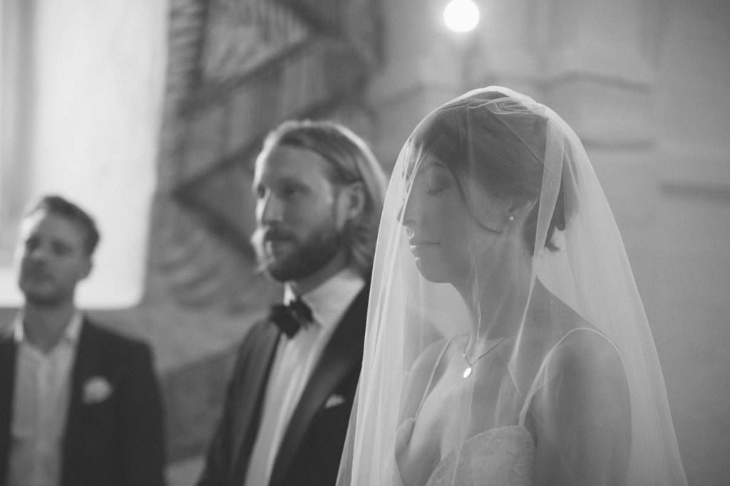 Svartvitt foto från en vigsel i Hannas kyrka. Foto: Tove Lundquist, verksam bröllopsfotograf Malmö.