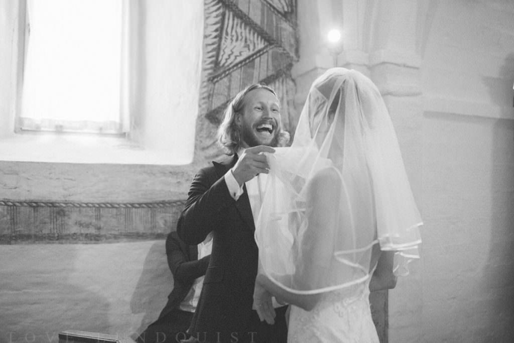 Vigsel i Hannas kyrka, brudgum skrattar. Foto: Tove Lundquist, verksam bröllopsfotograf Malmö.