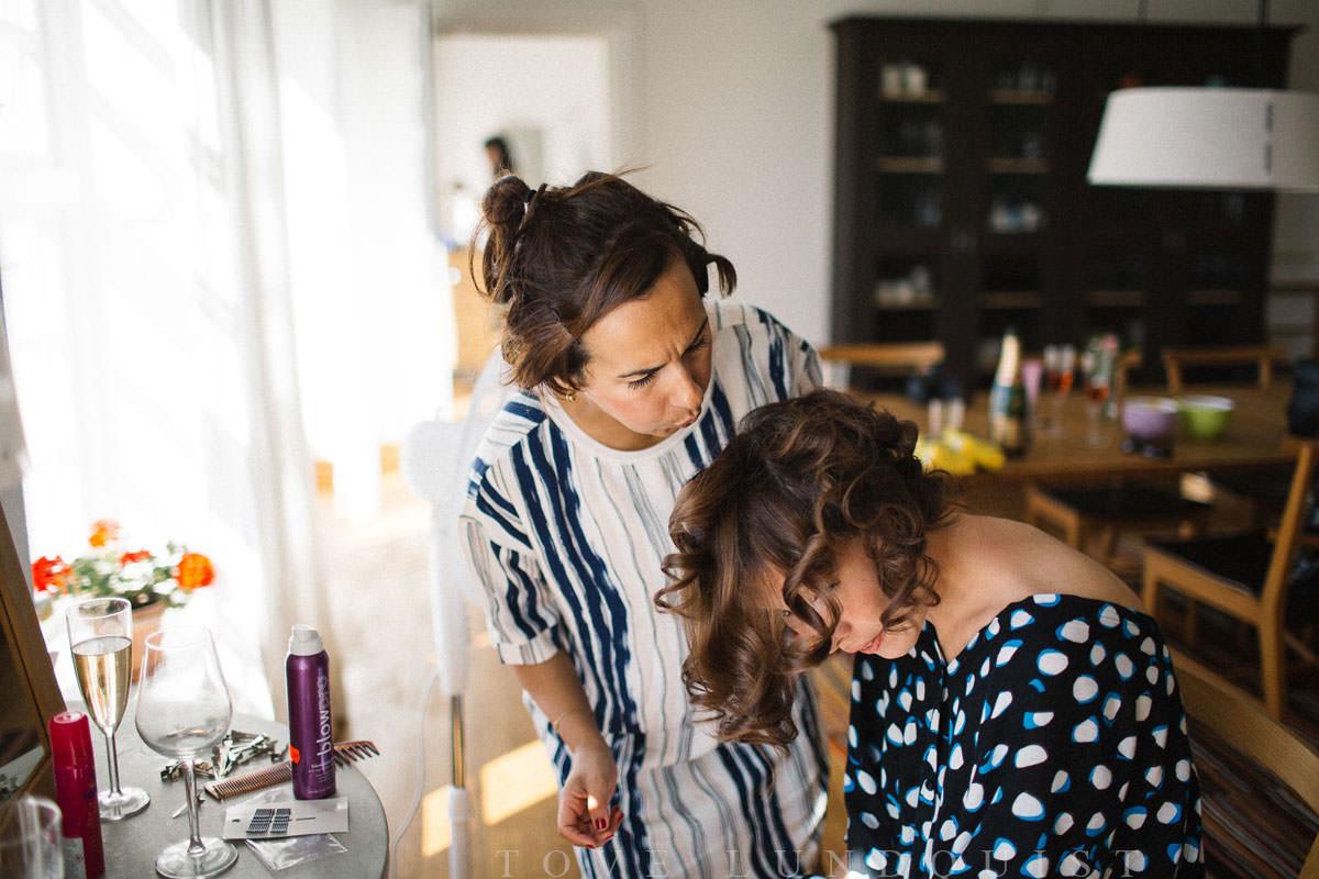 Brudens förberedelser i Norrgavelhuset. Foto: Tove Lundquist, verksam bröllopsfotograf Malmö.