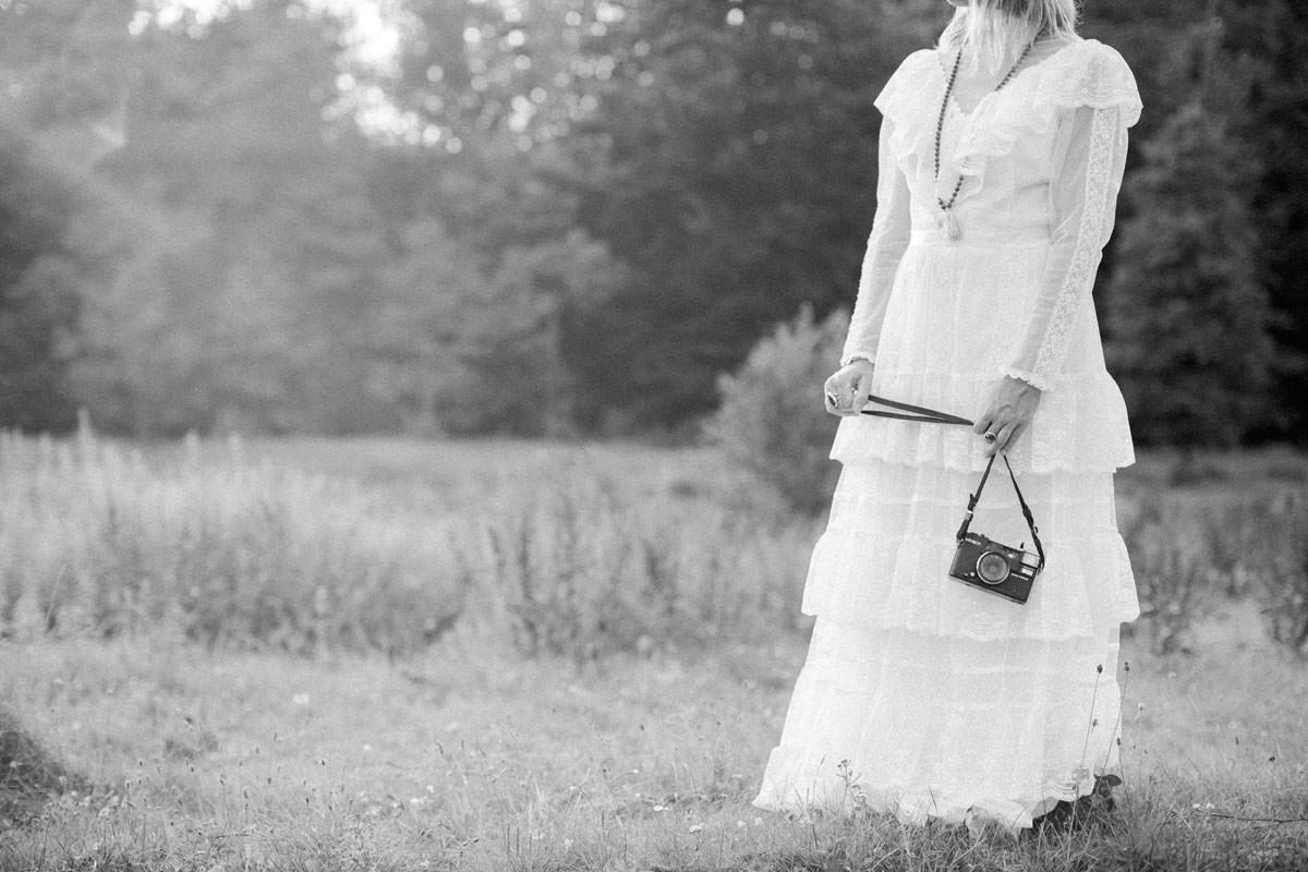 Svartvit vintage bröllopsklänning i spets samt en analog svart kamera. Stylad bröllopsfotografering i Ullstorps Stugor tillsammans med bröllopsfotograf Tove Lundquist samt smyckesdesignern Johanna Stjerndahl från Stjernhem Design.