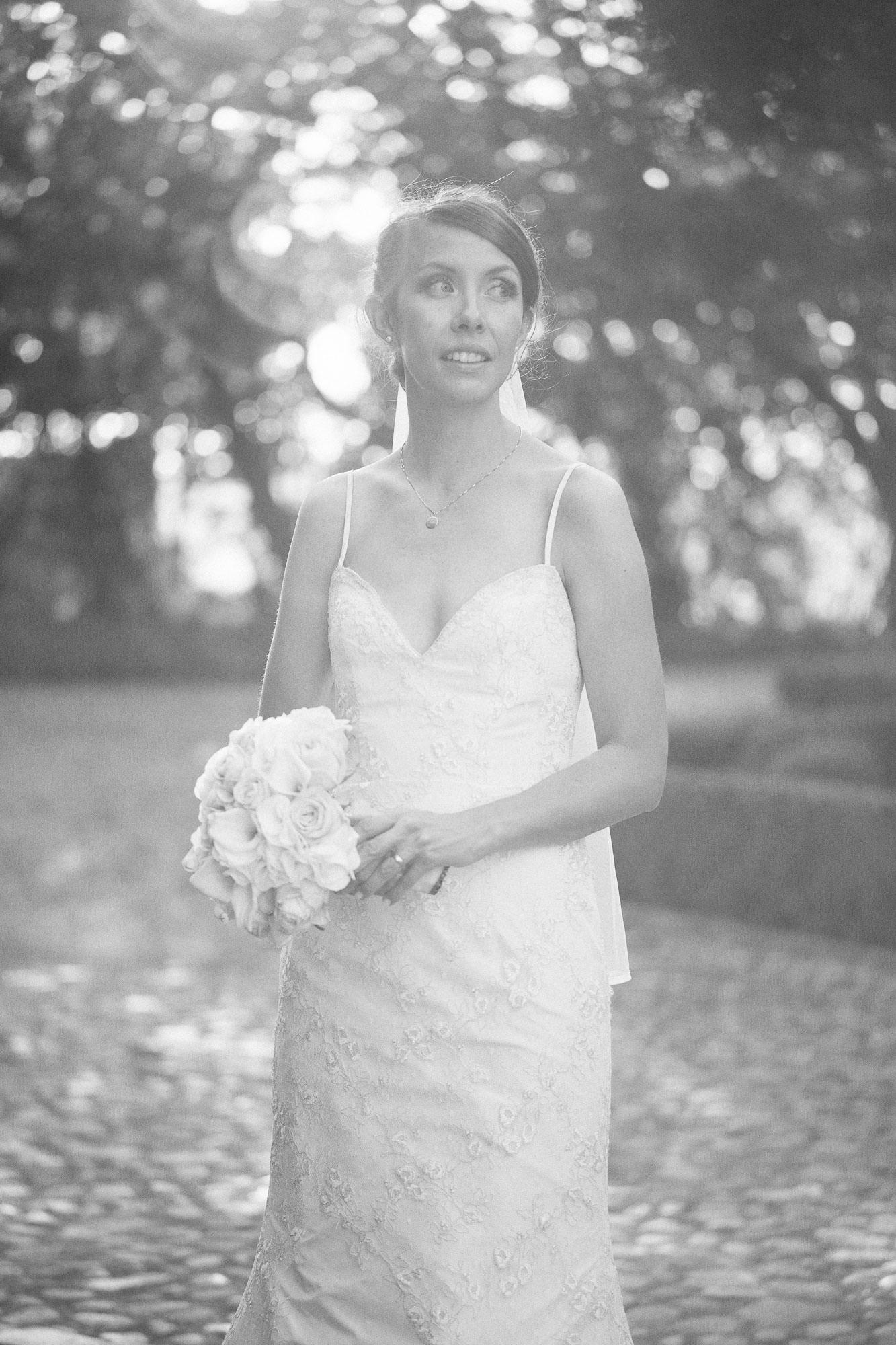 Designers av brudklänningen Empirio från kollektionen Garamaj Couture - är Garamaj of Sweden. Foto: Tove Lundquist, bröllopsfotograf på Österlen. Bröllopslokalen är Örum 119.