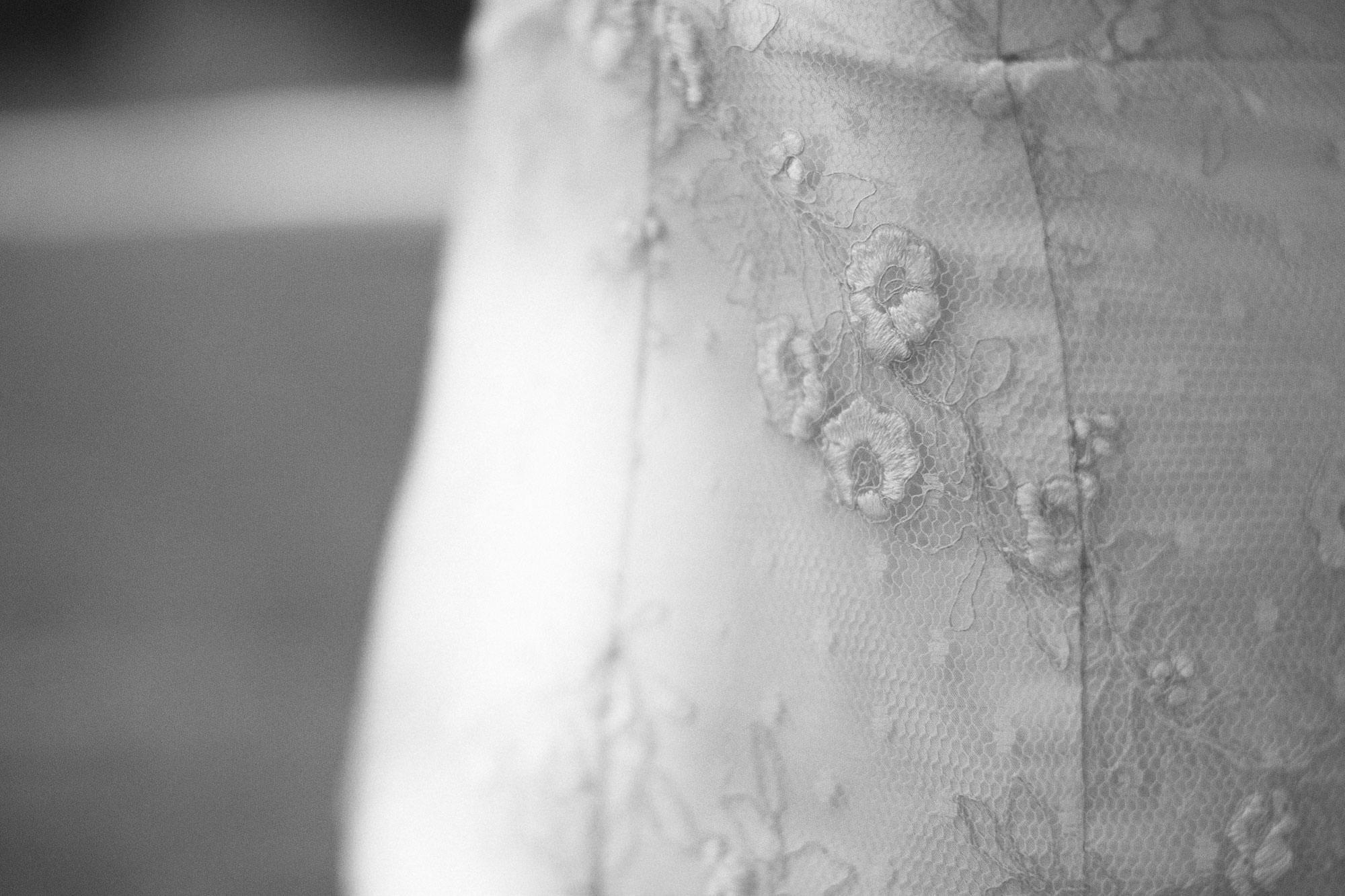 Svartvit bild på detalj från brudklänning Empirio ur kollektionen Garamaj Couture. Designers är Garamaj of Sweden. Foto: Tove Lundquist.