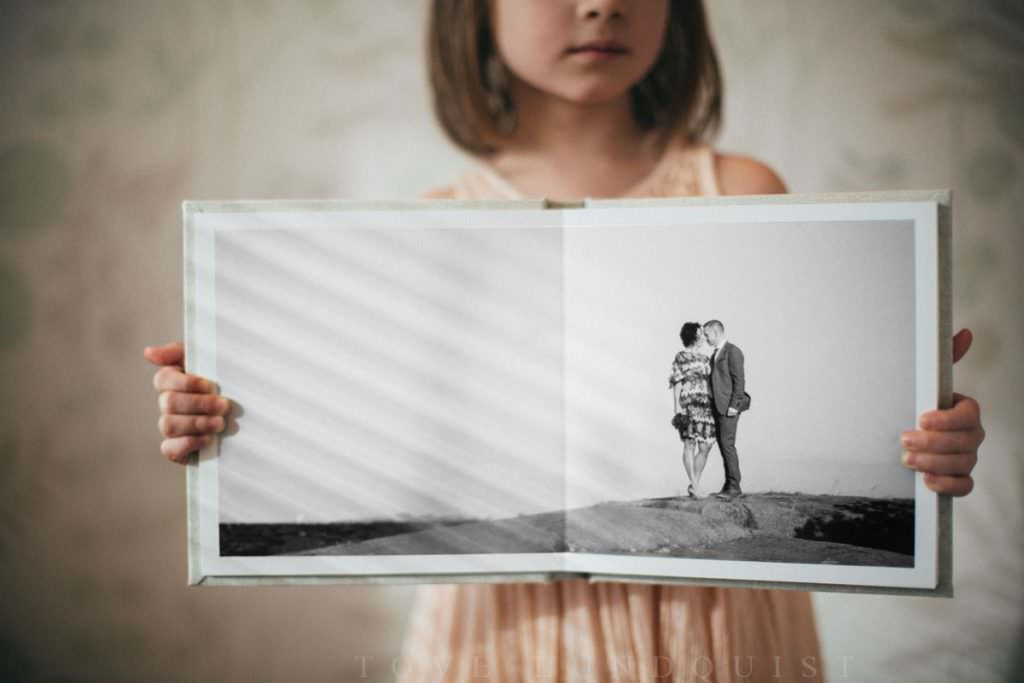 Album från QT albums i storlek 20x20. // The swedish wedding photographer Tove Lundquist is showing Ariabook from QT albums.