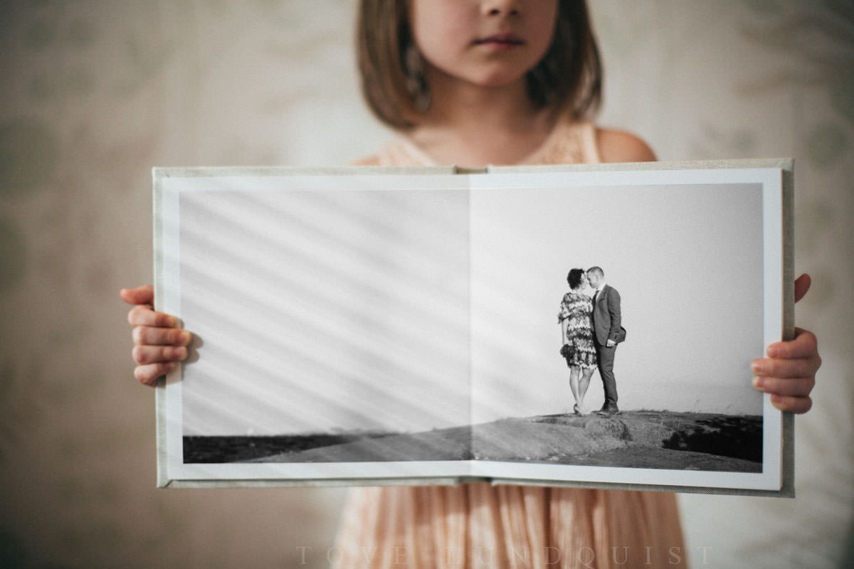Album/fotobok från QT albums i storlek 20x20. // The swedish wedding photographer Tove Lundquist is showing Ariabook from QT albums.