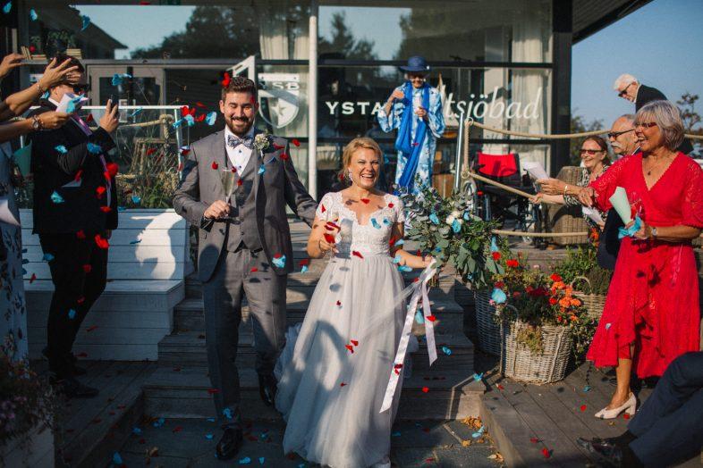 Strandbröllop på Ystad Saltsjöbad i Skåne. Brudparet valde miljövänliga blomblad för själva riskastningen under minglet.