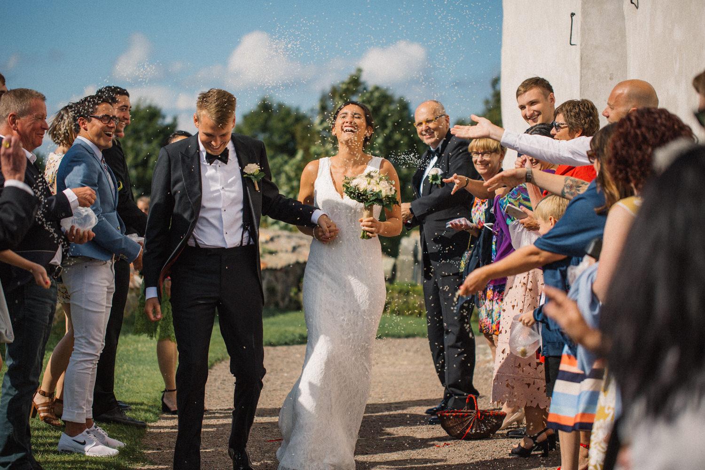 Internationellt svenskt-amerikanskt bröllop på Ven, mingel utanför Sankt Ibbs kyrka efter vigselceremonin. Foto: Tove Lundquist.