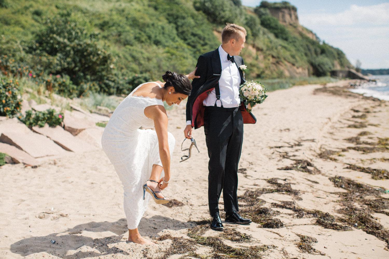 Internationellt svenskt-amerikanskt bröllop på Ven, porträtt på brud och brudgum på stranden. Klänning från DB Studio wedding dresses. Foto: Tove Lundquist.