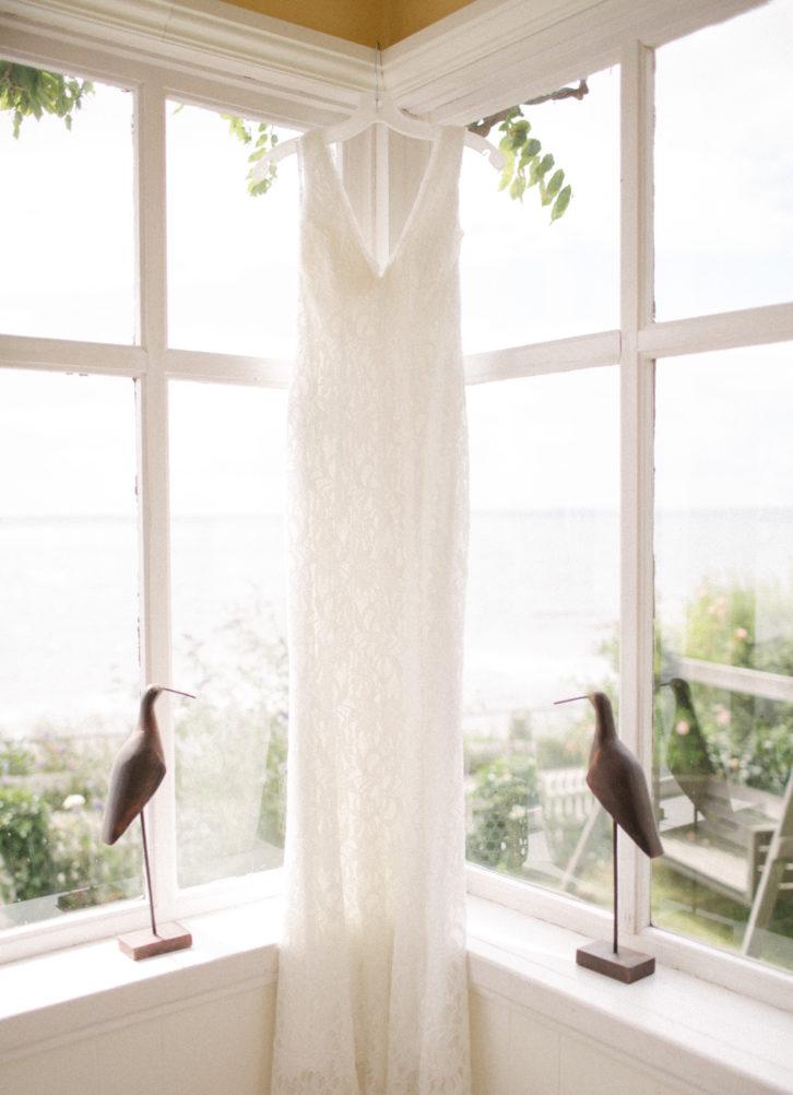 Bröllop på Ven, brudens klänning kommer från DB Studio by David's Bridal. Foto: Tove Lundquist.