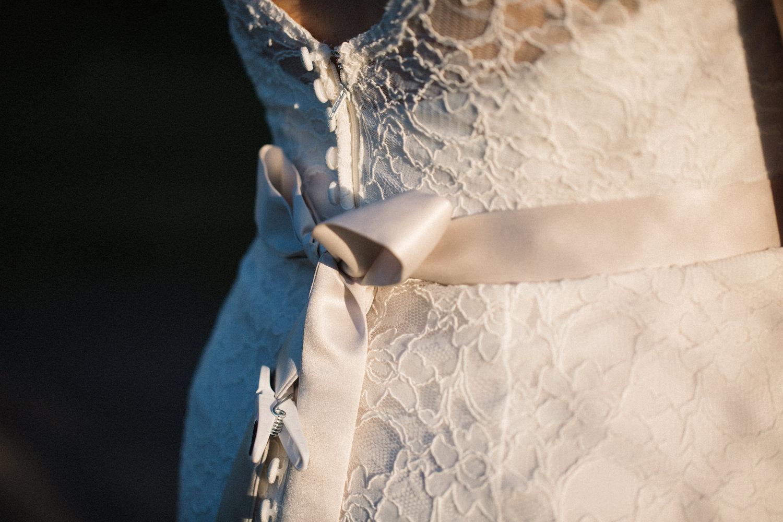 Bild i färg från bröllop på bröllopslokalen Agneshill i Skåne där brudparet och gästerna leker klädnypeleken.
