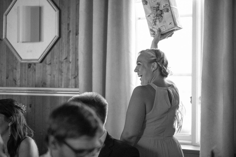 Svartvit bild från bröllop i Skåne där brudparet och gästerna lekar paketleken.