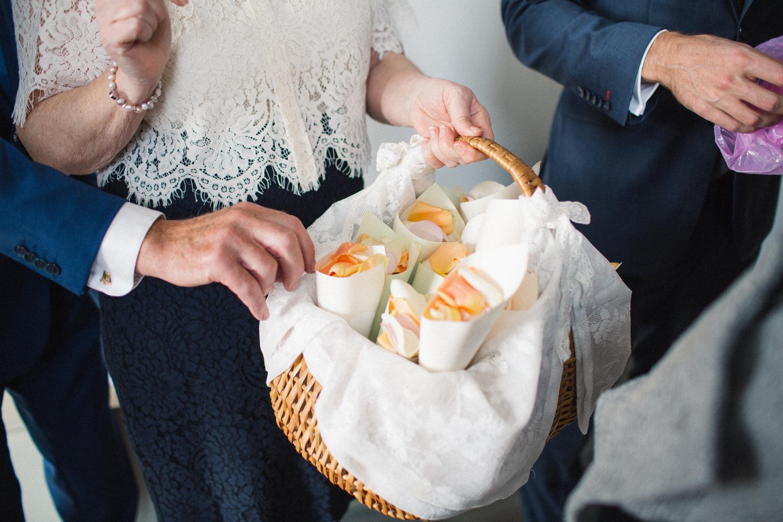 Gula och orangea blomblad att kasta på brudpar efter bröllopet. Foto: Tove Lundquist.