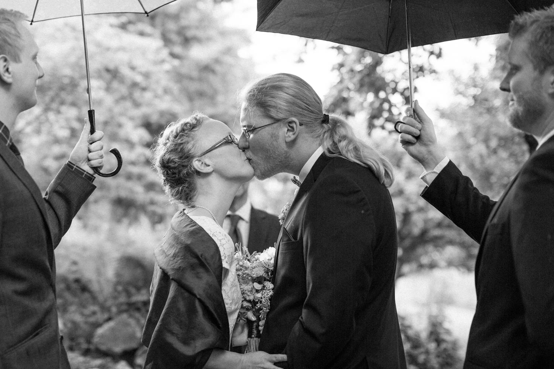 Vad gör vi om det regnar på bröllopet? Svartvitt foto från ett borgerligt utomhus bröllop i Botaniska Trädgården, Lund. Foto: Tove Lundquist.