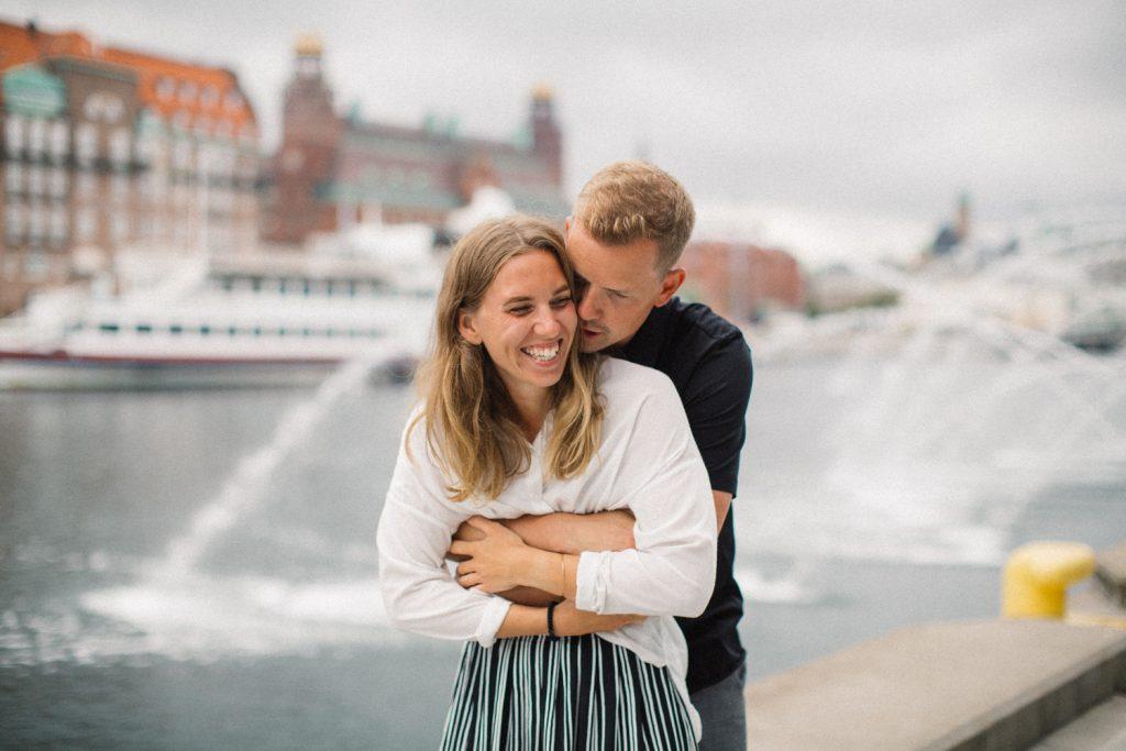 Urban parfotografering inför bröllop nere vid Dockan i Malmö tillsammans med bröllopsfotograf Tove Lundquist, Skåne. Plats är Västra Hamnen.