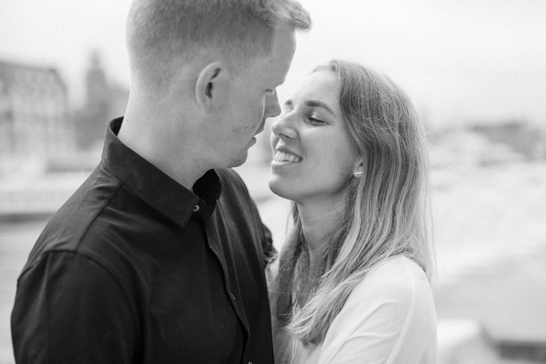 Provfotografering inför bröllop nere vid Dockan i Malmö tillsammans med bröllopsfotograf Tove Lundquist, Skåne. Plats är Västra Hamnen.