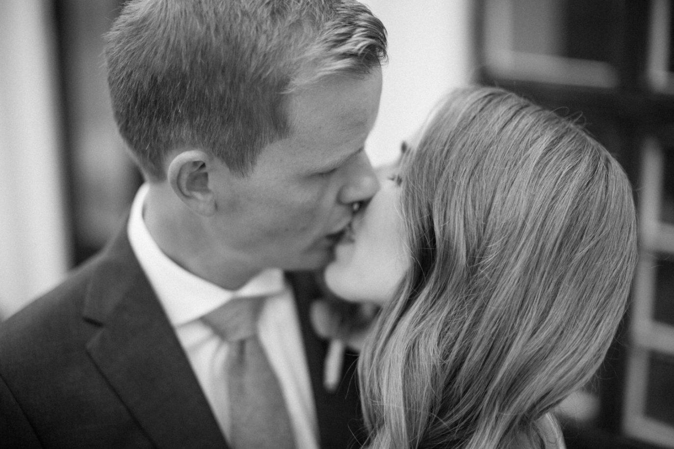 Tove Lundquist är bröllopsfotograf på Österlen. Här visas foto från ett utomhusbröllop på Örum 119.