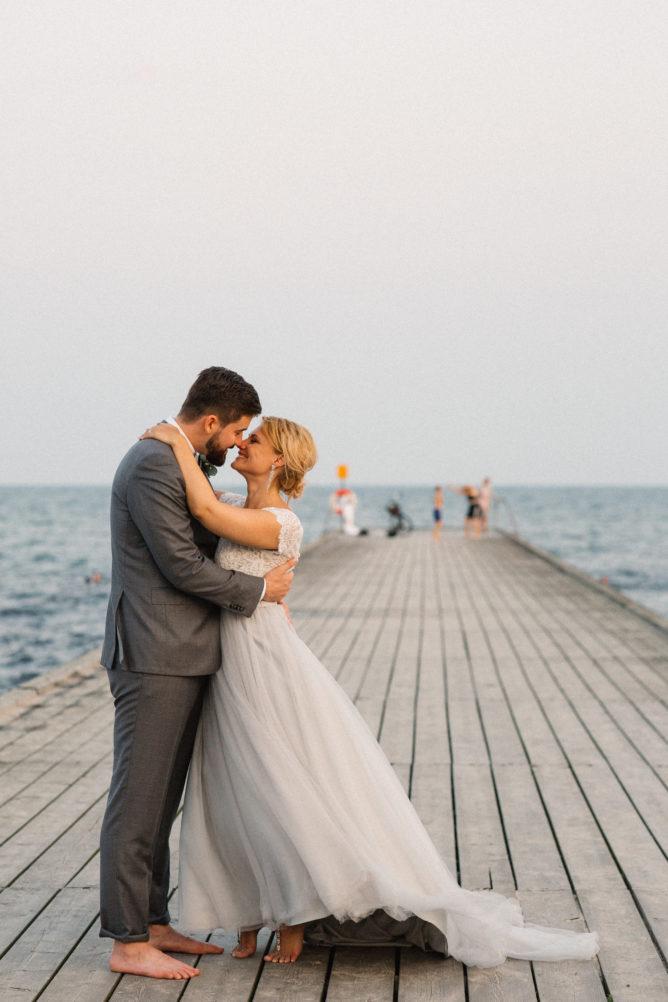 Porträtt under Golden Hour under ett utomhusbröllop på Ystad Saltsjöbad i Ystad, Skåne. Bröllopsfotograf var Tove Lundquist.