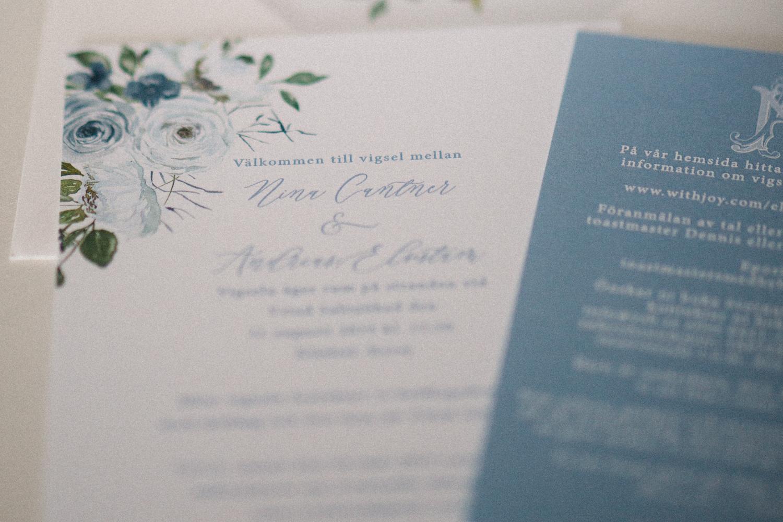 Inbjudningskort i blått från Unica Forma. Fotograf är Tove Lundquist.