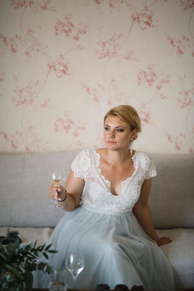 Brudpar och vänner i svit på Ystad Saltsjöbad under ett bröllop i Skåne. Brudklänning från bohemiska Abby Waits, brudgummens kläder är Corneliani från Olséns Mode. Foto: Tove Lundquist.