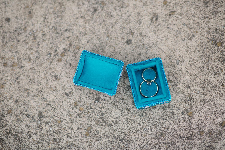 Vigselringr från Handcraftedcph och Norrfolks i en blå barnask. Foto: Tove Lundquist