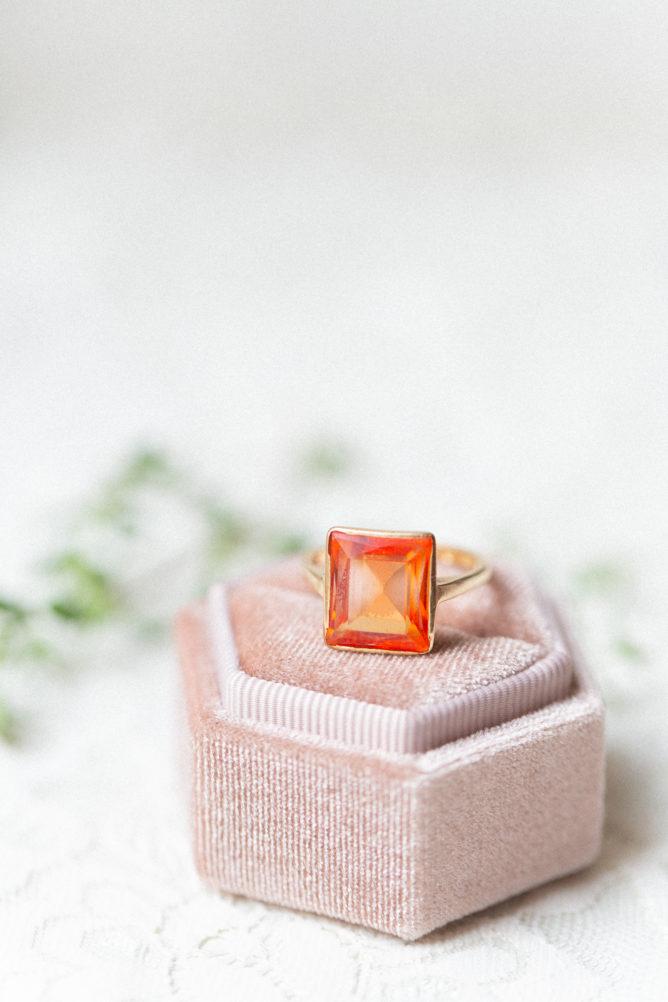 Vigselring i orange och guld samt ask från En Liten Ask för bröllopsringar. Fotograf: Tove Lundquist