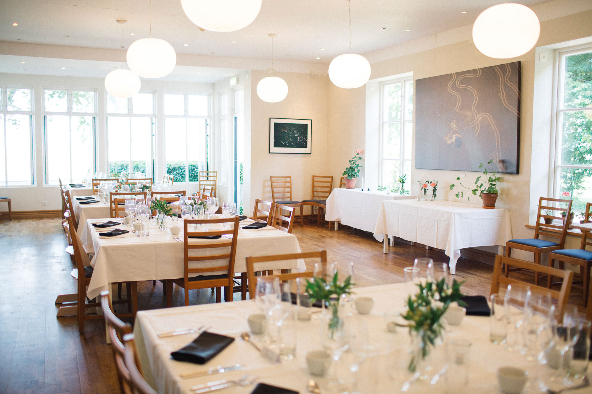 Bröllopsdukning på Kafferosteriet på Österlen, bröllopslokal i Skåne. Foto av Tove Lundquist, bröllopsfotograf Ystad.