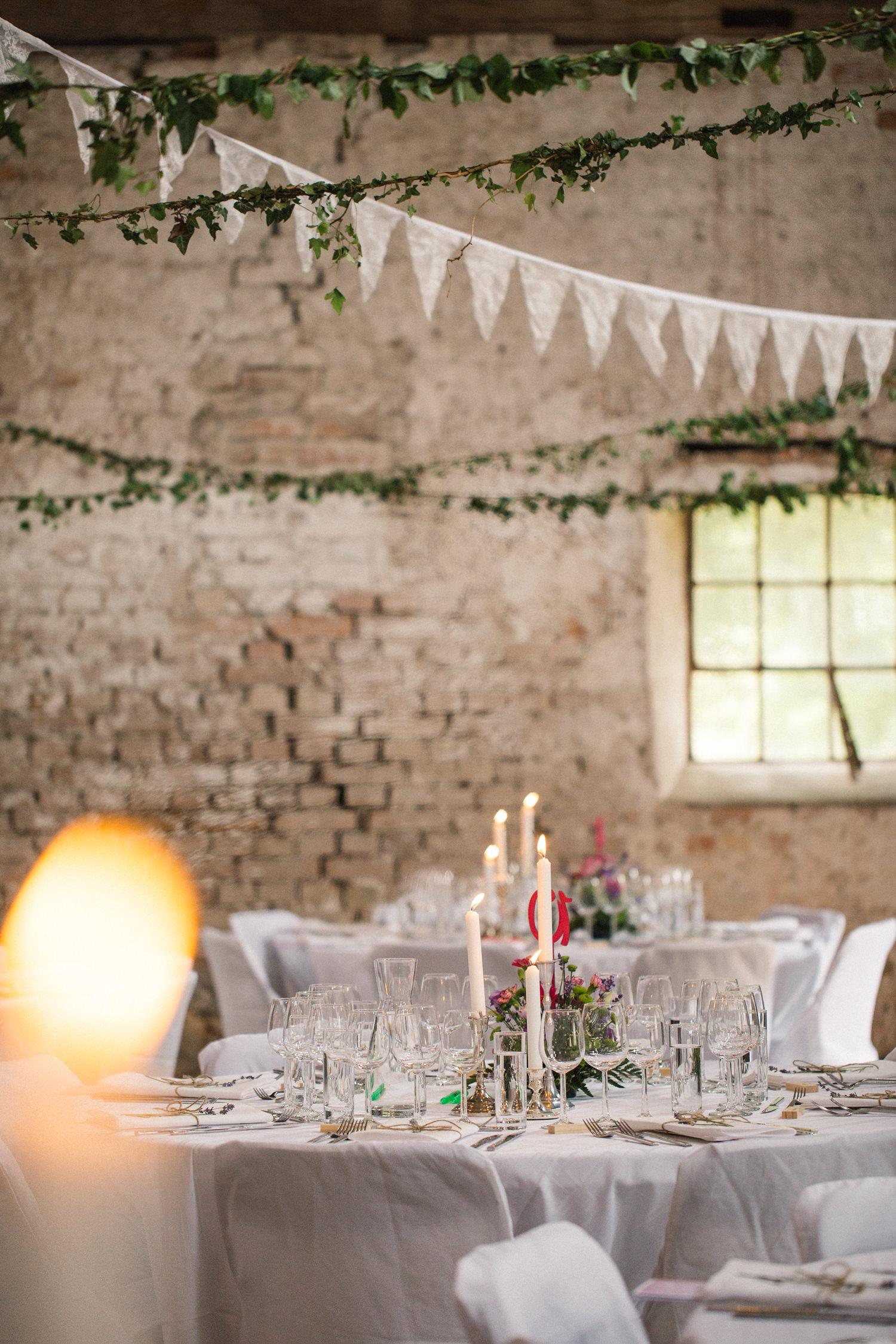 Brudparets egna bröllopsdukning på Borgeby Slott i Skåne. Fotograf är Tove Lundquist.