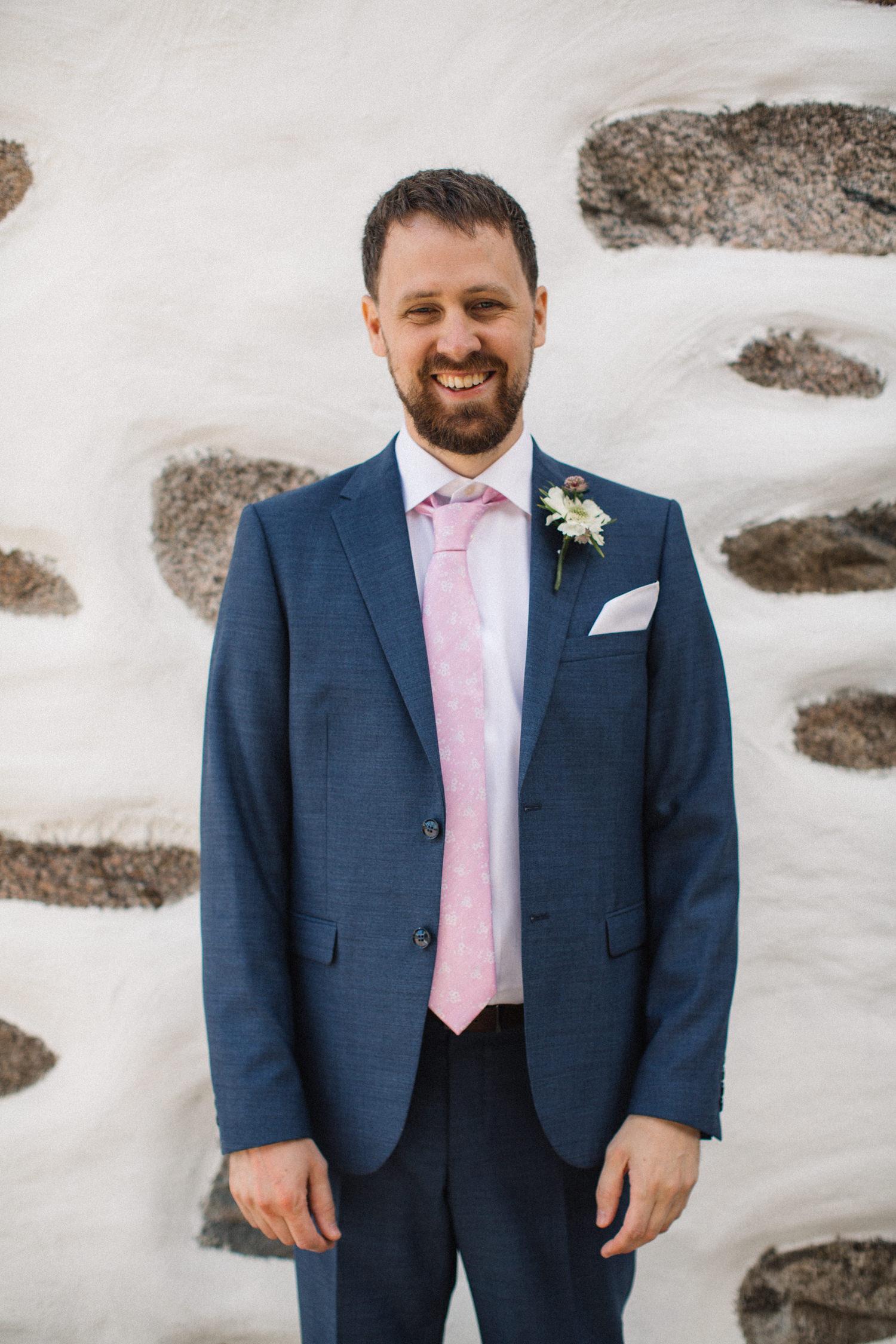 Porträtt på brudgum under ett bröllop på Eriksbergs Vilt & Natur i Karlshamn, Blekinge. Fotograf är Tove Lundquist.