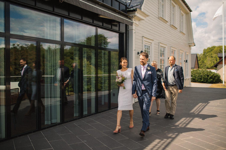 Utomhusvigsel på Eriksbergs Vilt & Natur utanför Karlshamn, Blekinge. Bröllopsfotograf är Tove Lundquist.