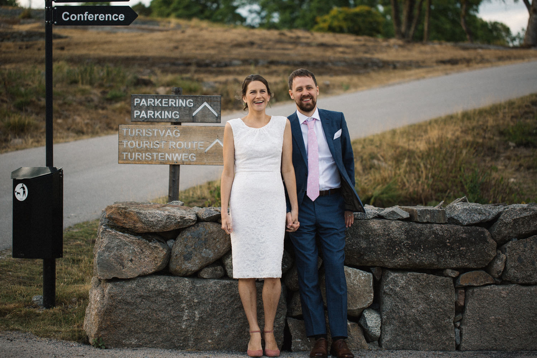Bröllopsporträtt på brudpar under en utomhusvigsel på Eriksbergs Vilt & Natur, Blekinge. Bröllopsfotograf är Tove Lundquist.