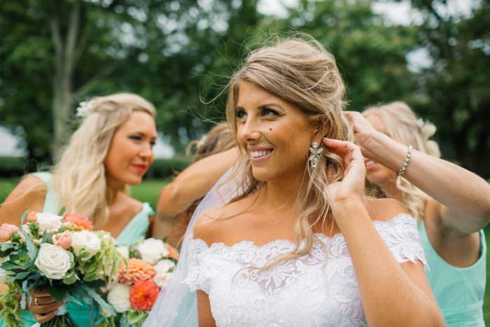 Brud med brudtärnor, mintgrönt tema, på Örenäs Slott. Smycken från Caroline Svedbom Jewelry, brudklänning från Diane Legrand Bridal Gowns och brudbukett från Gouteva. Bröllopsfotograf är Tove Lundquist, Skåne.