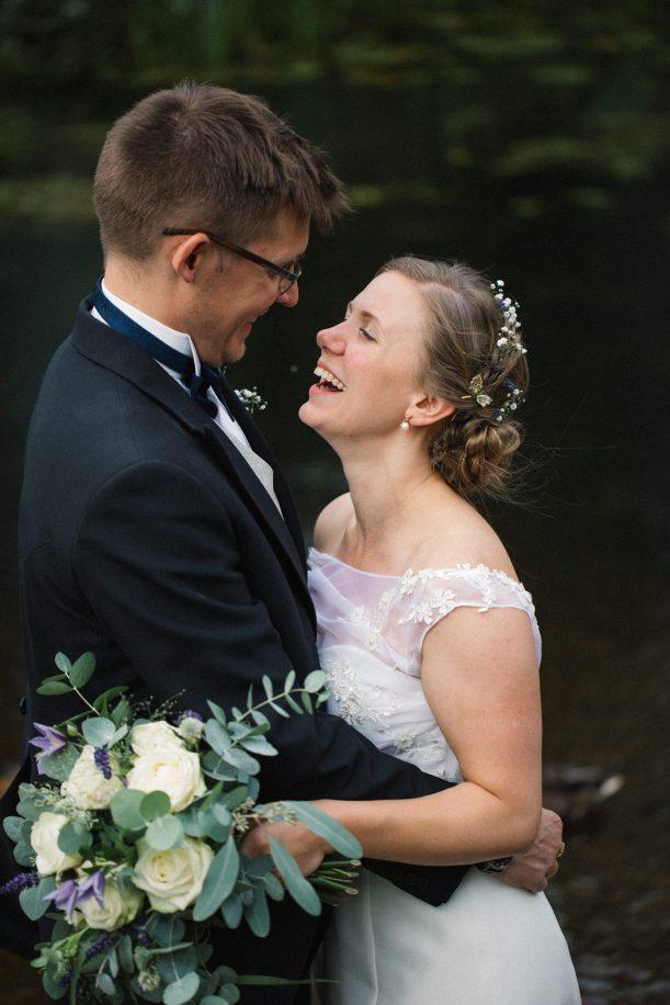 Porträtt på brud och brudgum under ett bröllop i Yngsjö, Skåne. Bröllopsfotograf är Tove Lundquist, Malmö.