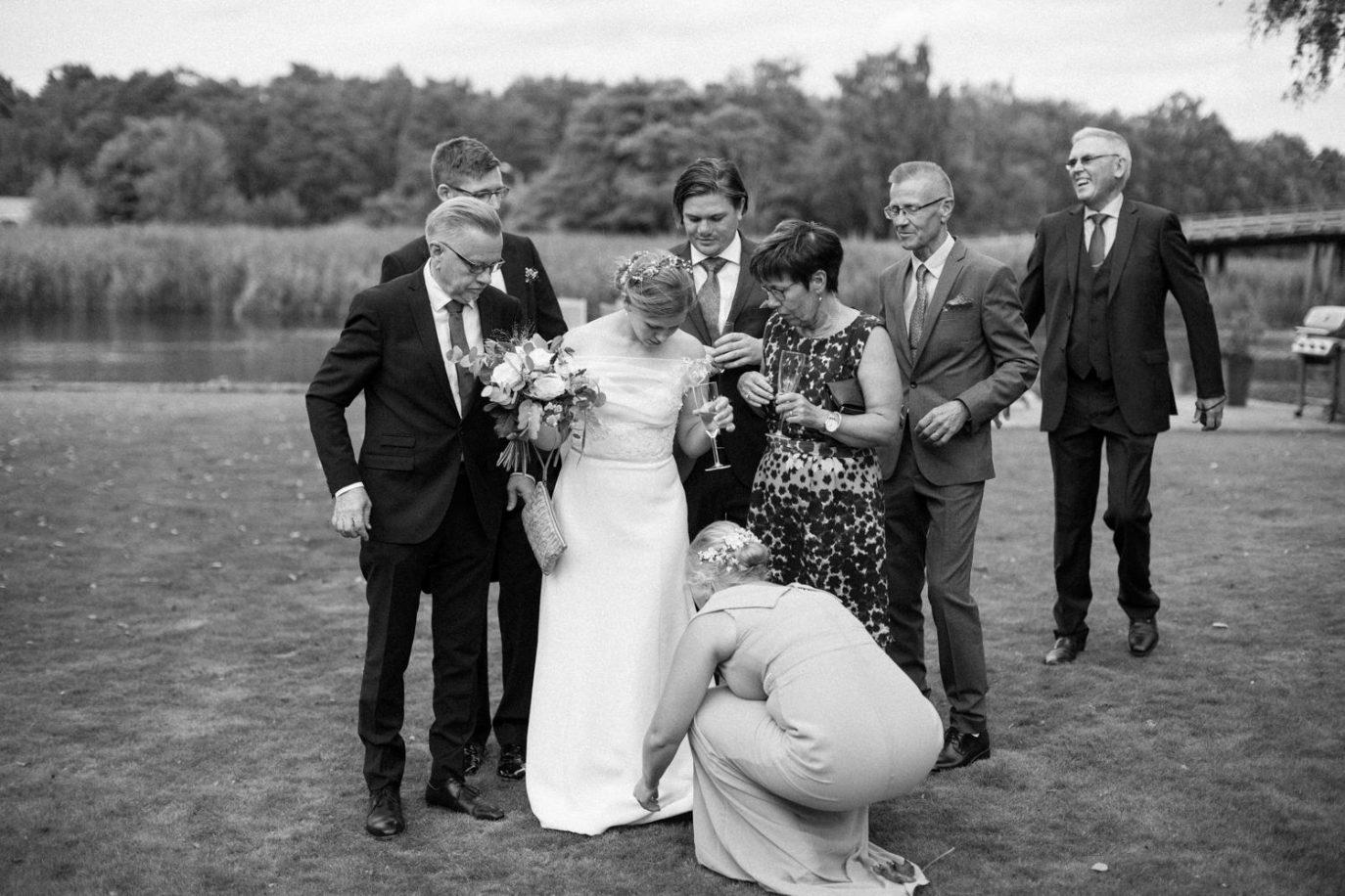Dokumentärt svartvitt fotografi från grupporträtt under ett bröllop i Skåne.