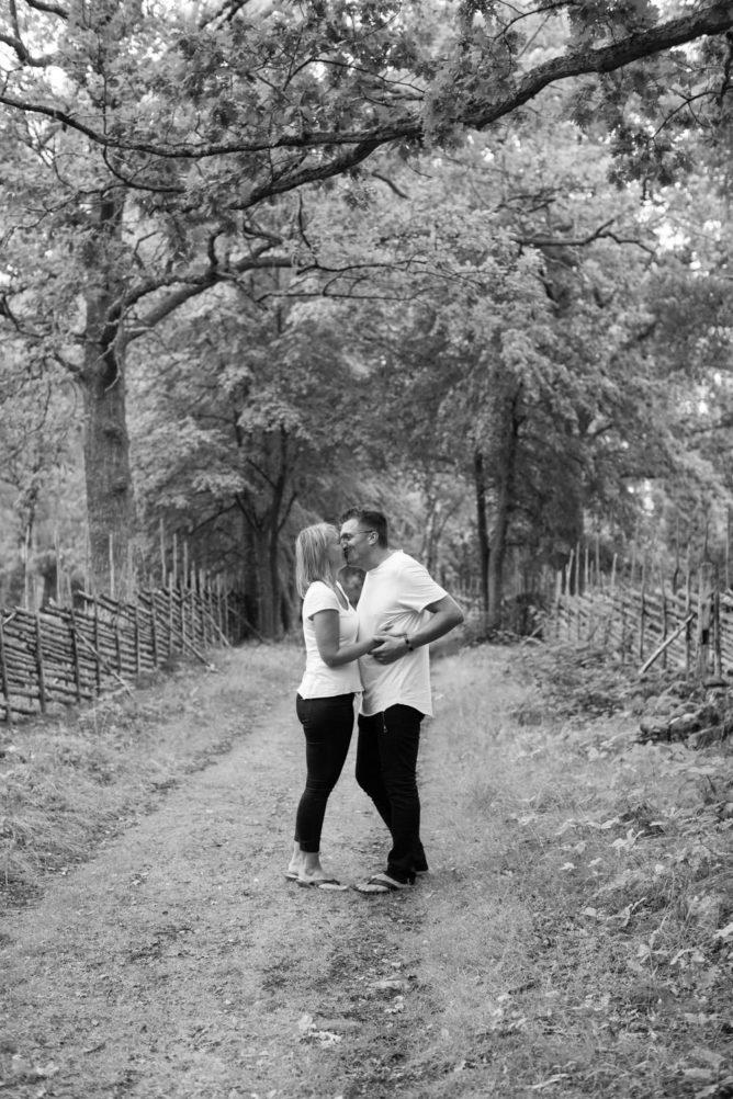 Svartvitt foto på brudpar under en provfotografering inför bröllop ute vid Lövö som ligger utanför Mönsterås. Foto av Tove Lundquist, bröllopsfotograf Kalmar.