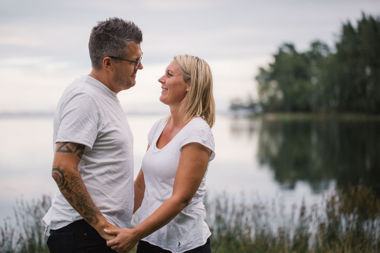 Brudpar under en provfotografering inför deras bröllop i Småland.