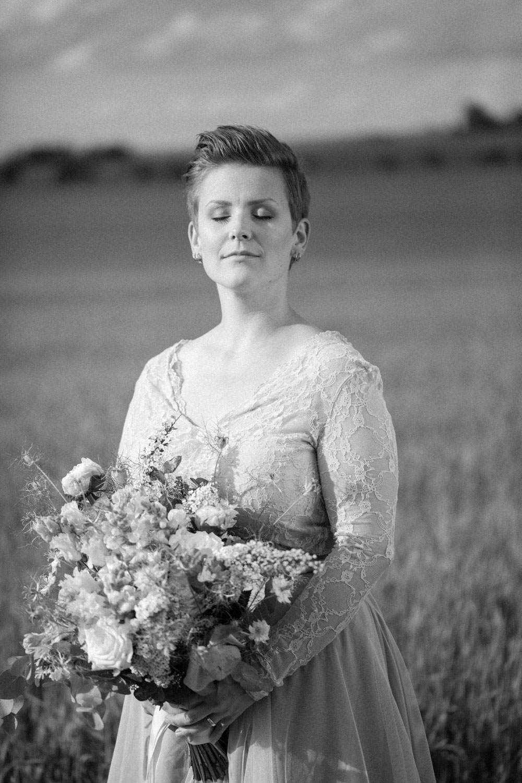 Svartvit bild på brud iklädd brudklänning från SensibleM. Brudbukett kommer från Bara Blommor i Malmö. Foto: Tove Lundquist, bröllopsfotograf Skåne.
