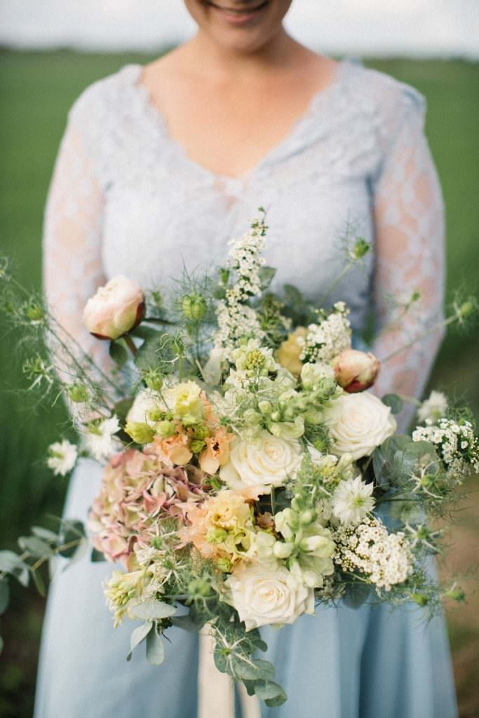Brudporträtt i färg. Florist är Bara Blommor från Malmö. Foto: Tove Lundquist, bröllopsfotograf i Skåne.