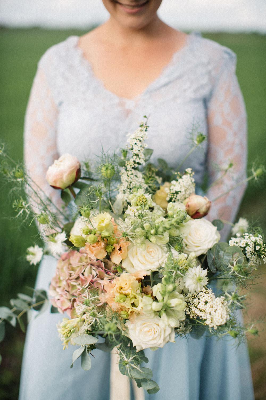 Brudporträtt i färg. Florist är Bara Blommor från Malmö. Foto: Tove Lundquist, bröllopsfotograf Skåne.
