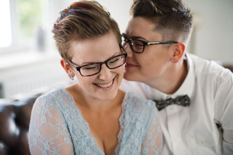 Brudporträtt under brudförberedelser, bröllop på Stallgården, Vellinge. Foto: Tove Lundquist, bröllopsfotograf Skåne.